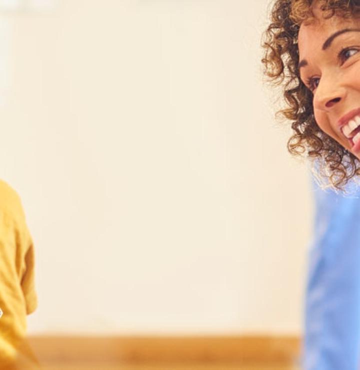 """Imagen de una médico sonriendo a un niño y, en el centro, el mensaje """"Acerca de Galderma"""""""