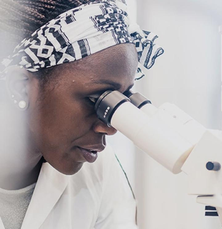 """Imagen de una empleada de laboratorio y, en el centro, el mensaje """"Innovación"""""""