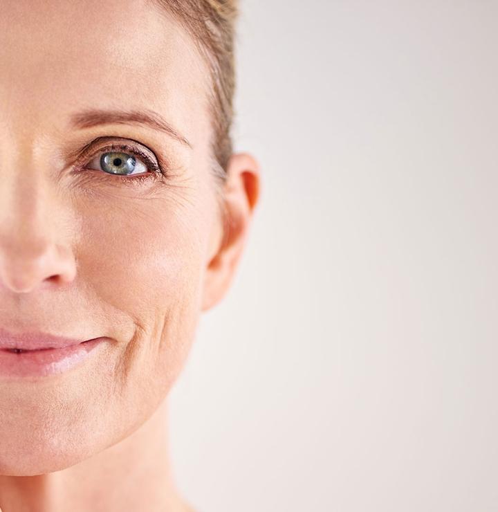 """Imagen del rostro de una mujer y, en el centro, el mensaje """"ACERCA DE GALDERMA De un vistazo"""""""
